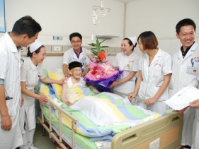 医护人员为祝愿百岁老人庆生