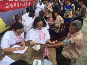 黨員志愿者服務隊給當地群眾免費測量血壓、血糖